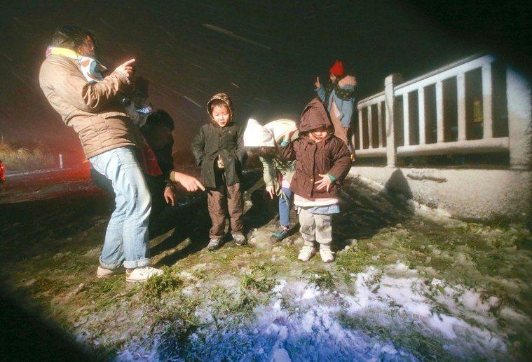 寒流來襲,昨晚8點左右,北市大屯山助航站附近開始降下冰霰,特地上山賞雪的民眾直呼...