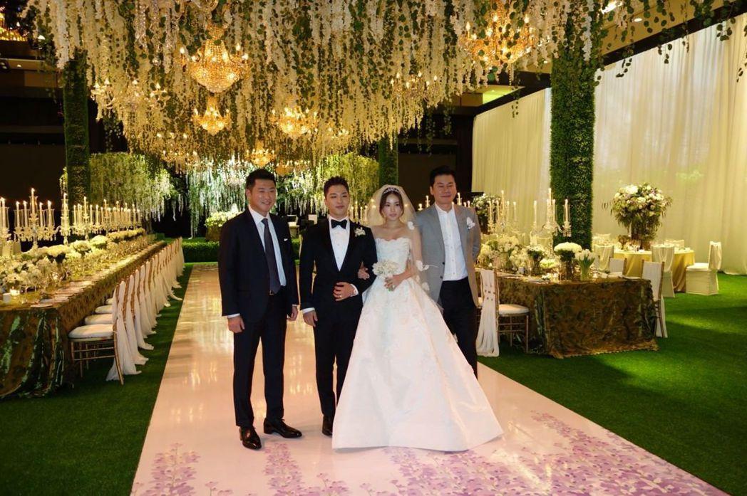 太陽和閔孝琳與雙方公司老闆合照。圖/摘自IG