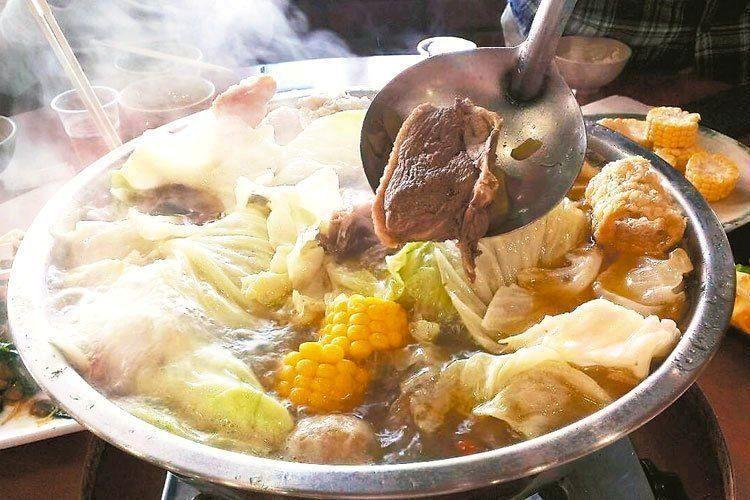 民眾愛在冷颼颼的天氣吃鍋物暖身,但醫師提醒,燙口食物和辛辣食物一樣具刺激性,若常...