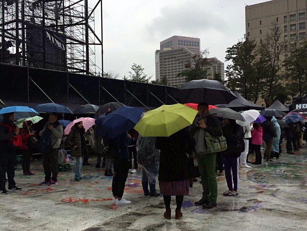天冷下雨仍澆不熄歌迷的熱情,一早排隊買票。圖/環球提供