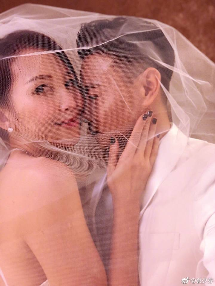 蔡少芬(左)與老公張晉結婚10年再拍婚紗照。圖/摘自微博