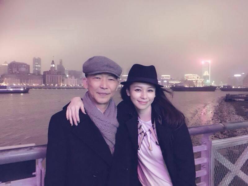 徐若瑄(右)與爸爸感情極好。圖/摘自臉書