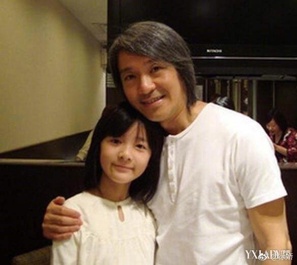 2008年拍長江七號的徐嬌(左)和恩師周星馳。圖/摘自微博
