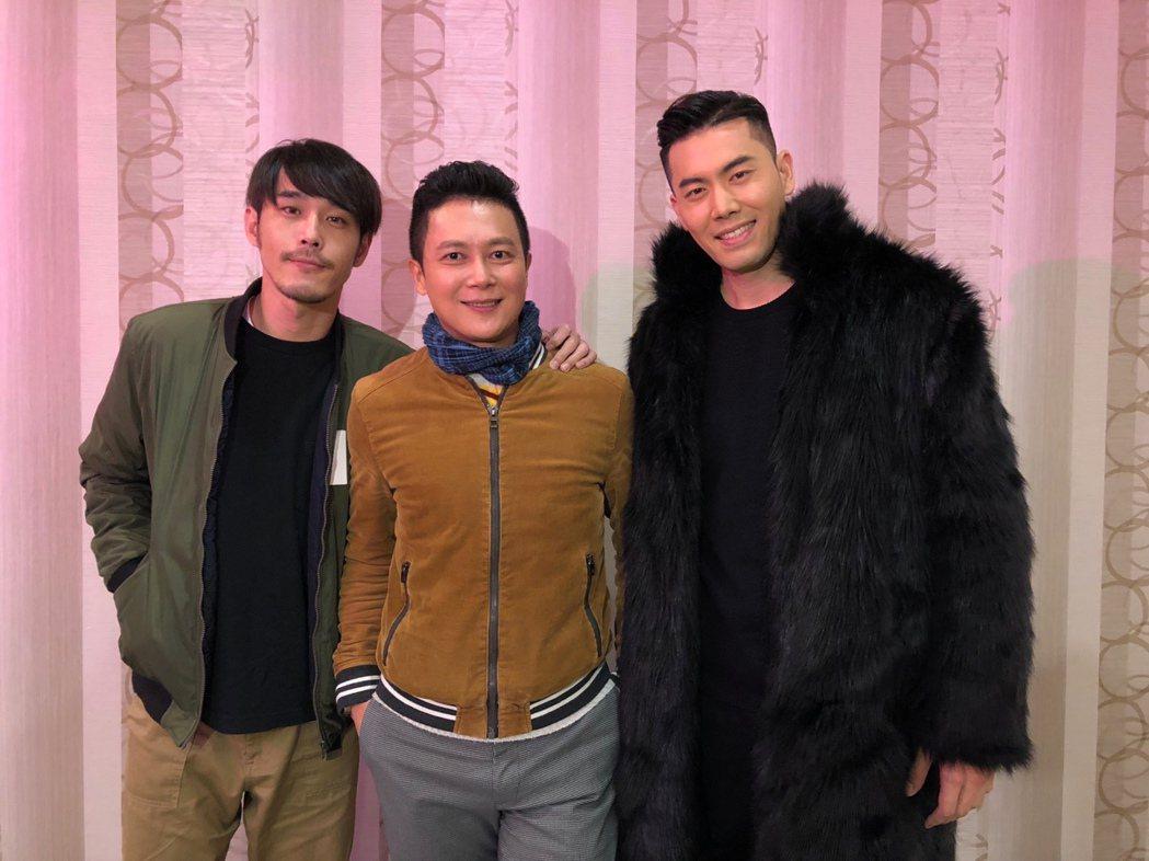 黃騰浩(左起)、王燦、余秉諺出席「實習醫師鬥格」尾牙,大方捐紅包讓工作人員抽獎。
