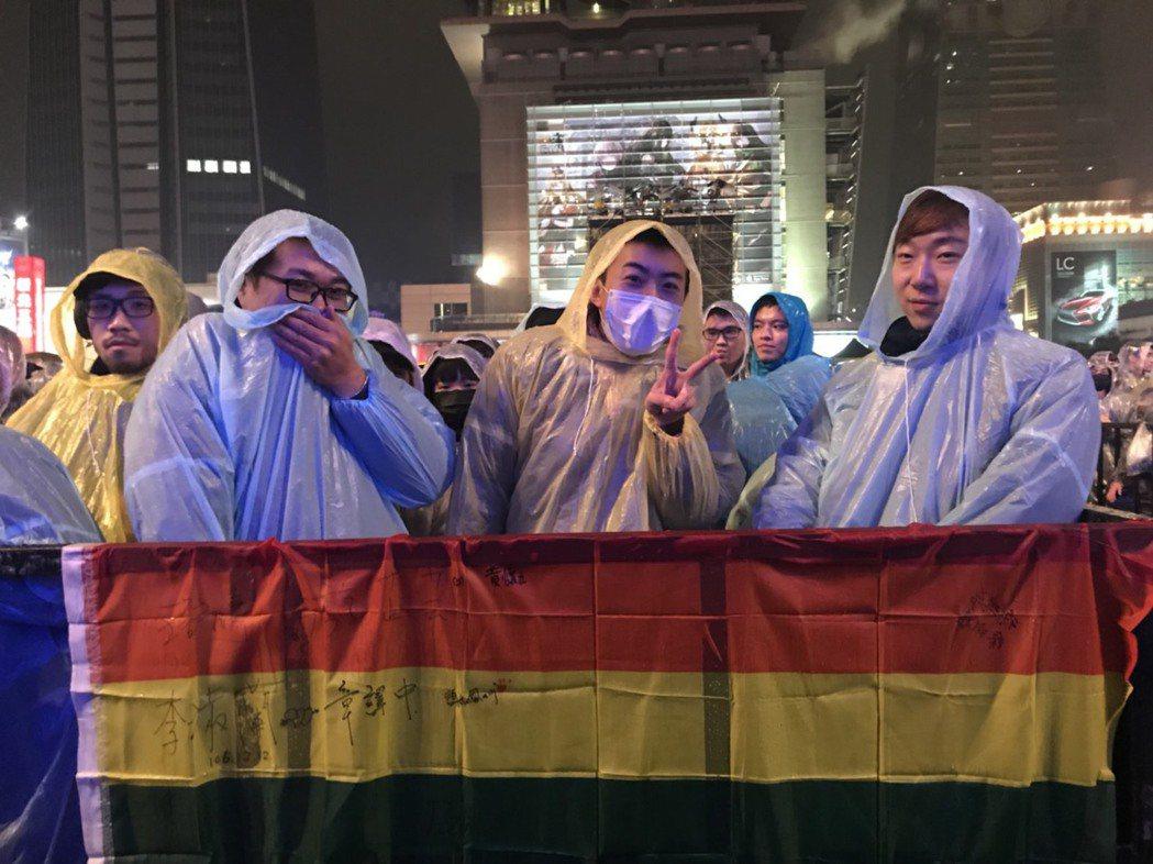 歌迷排到第一排,自備彩虹旗吸引張惠妹注意,3人因這場演唱會相識。圖/記者黃保慧攝