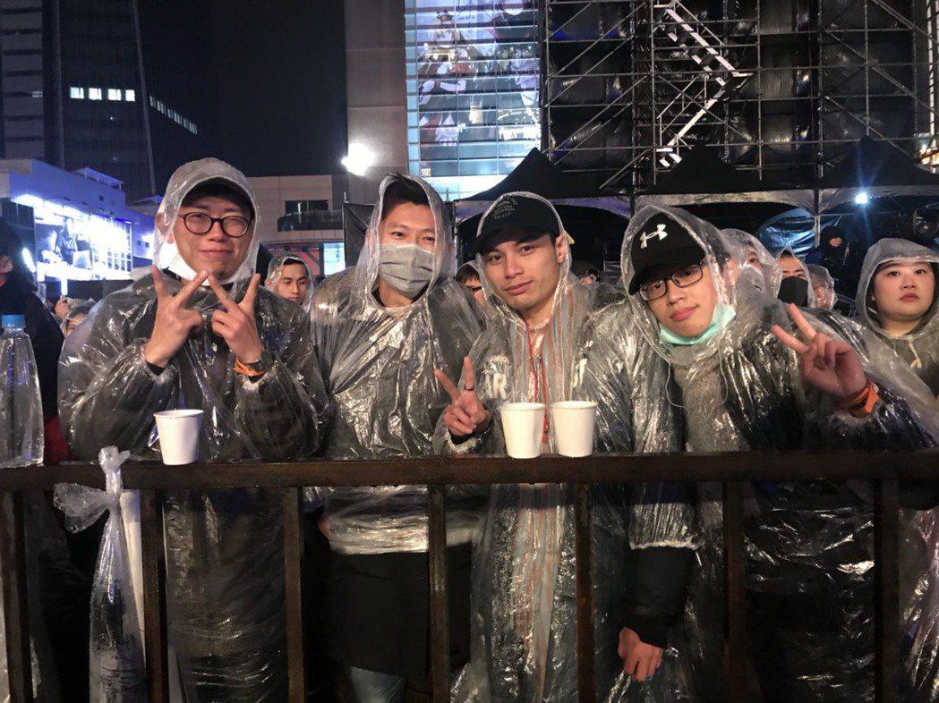歌迷當天排隊買專輯進場,靠現場發放的薑茶暖身。圖/記者黃保慧攝