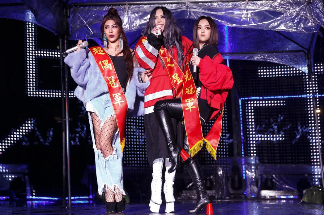 阿妹找來徐佳瑩(右)和艾怡良(左)合體獻唱「傲嬌」。圖/EMI提供