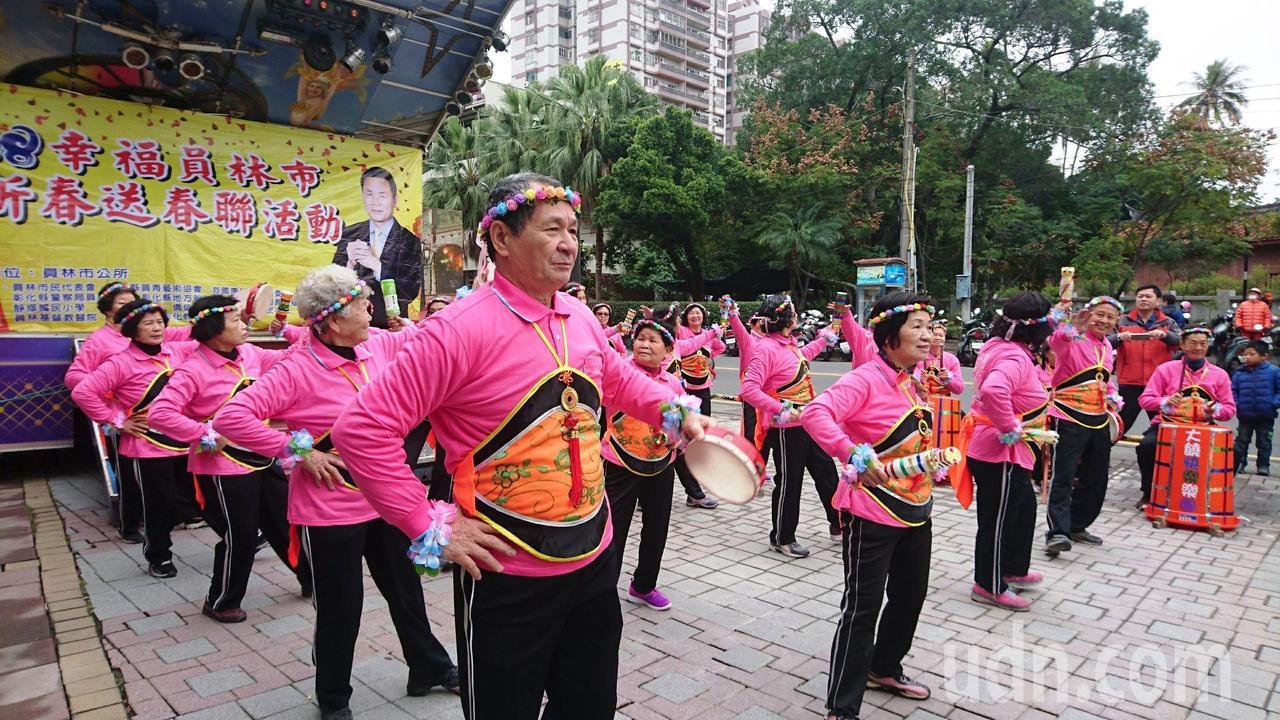 員林市大饒社區的銀髮族不老樂團活潑表演各項自製樂器搭配舞蹈,趣味中的超吸睛。記者...