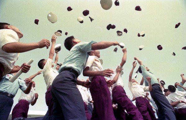 中正預校初辦國中部。圖為初級部學生開心丟帽情形。 圖/聯合報系資料照片