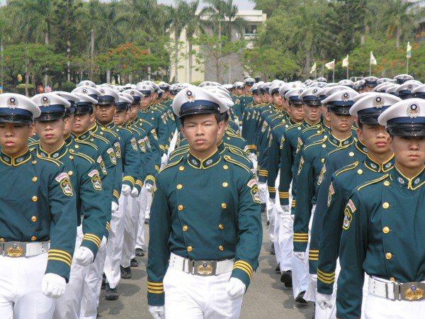 2008年,中正預校學生以壯盛軍容、齊一步伐接受閱兵。 圖/聯合報系資料照片