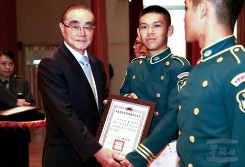 去年六月,馮世寬部長主持中正預校畢業典禮。 圖/軍聞社資料照