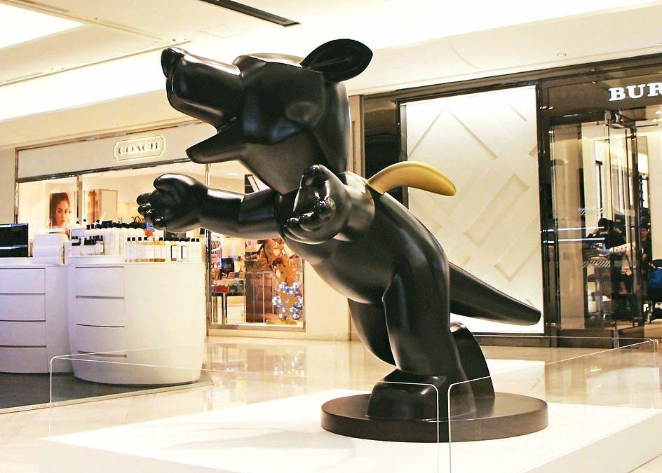 新光三越信義新天地A9展出作品「愛的擁抱」,象徵以寬闊心態面對人生百態,展現高度...