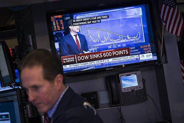 美國股市上周五(2日)經歷「黑色星期五」,道瓊指數大跌665點 法新社