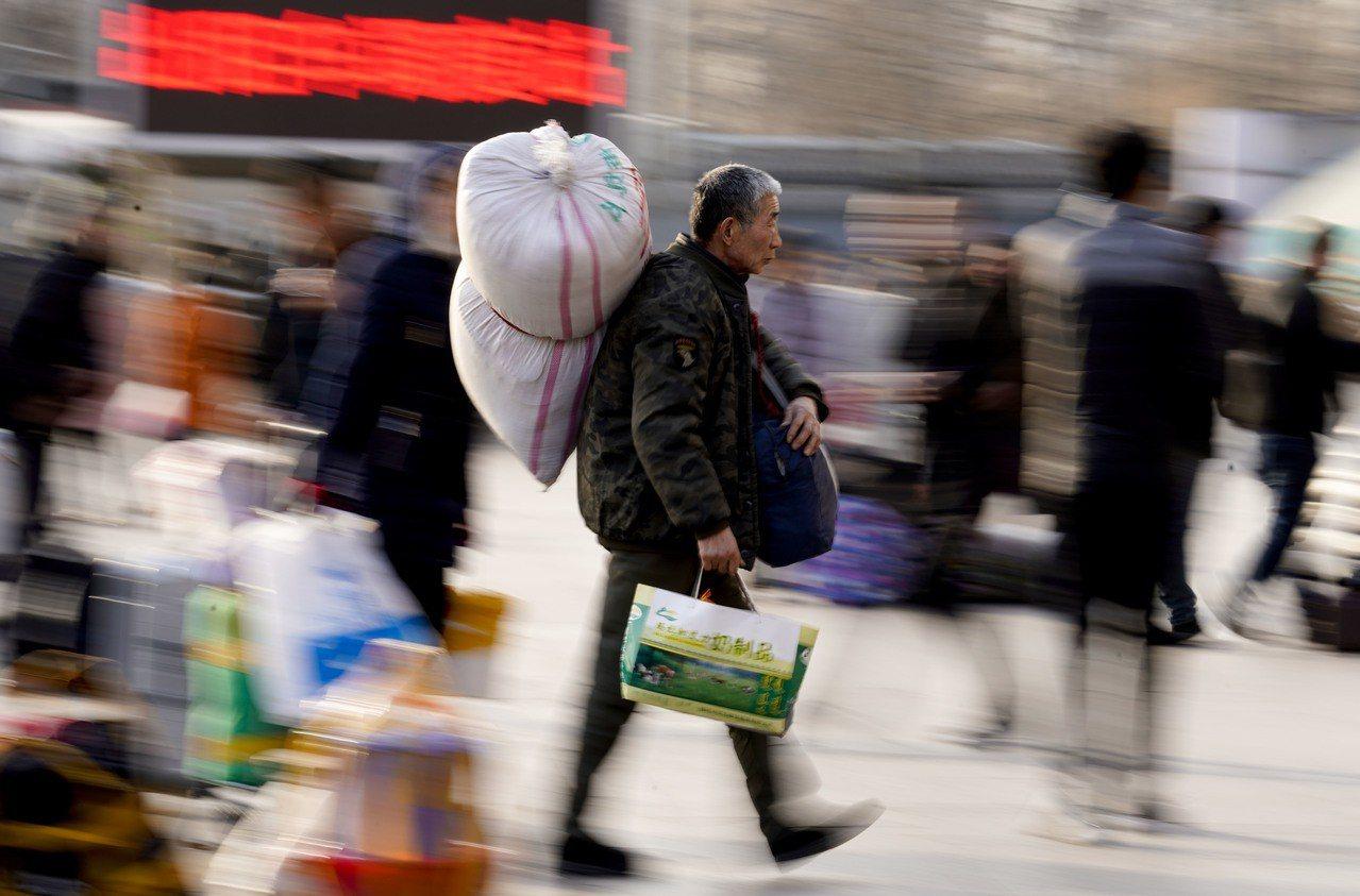 中國每年數十億人次移動的「春運」讓返鄉民眾叫苦連天,沿海往內陸移動的春運潮近年出...