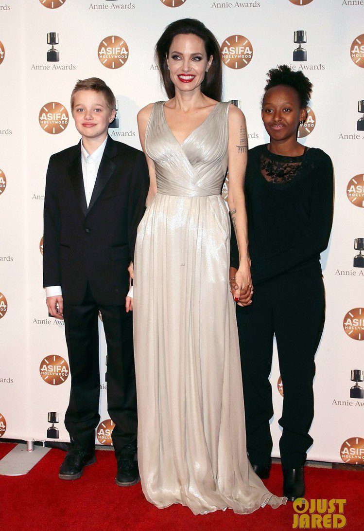 Shiloh(左)與 Zahara(右)跟著母親裘莉踩紅毯。圖/擷自justja...