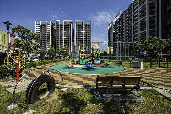 超級城市的造鎮,不僅考慮到個案本身規劃,周邊公園、籃球場也考慮其中,生活休閒機能...