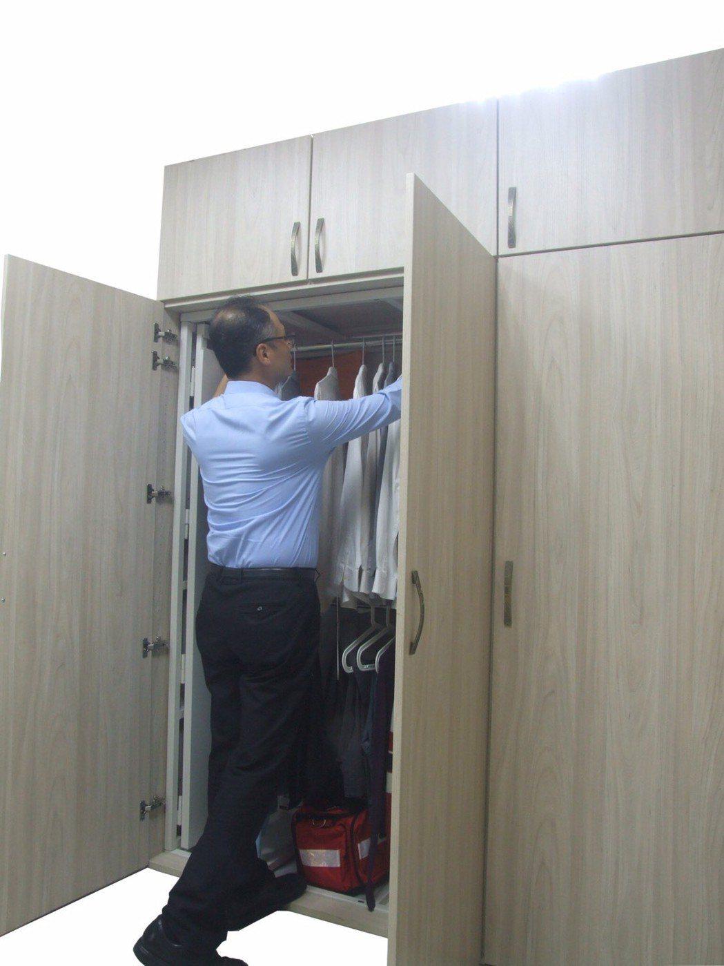 地震避難安全櫃,移出櫃內衣服。 立駪科技/提供