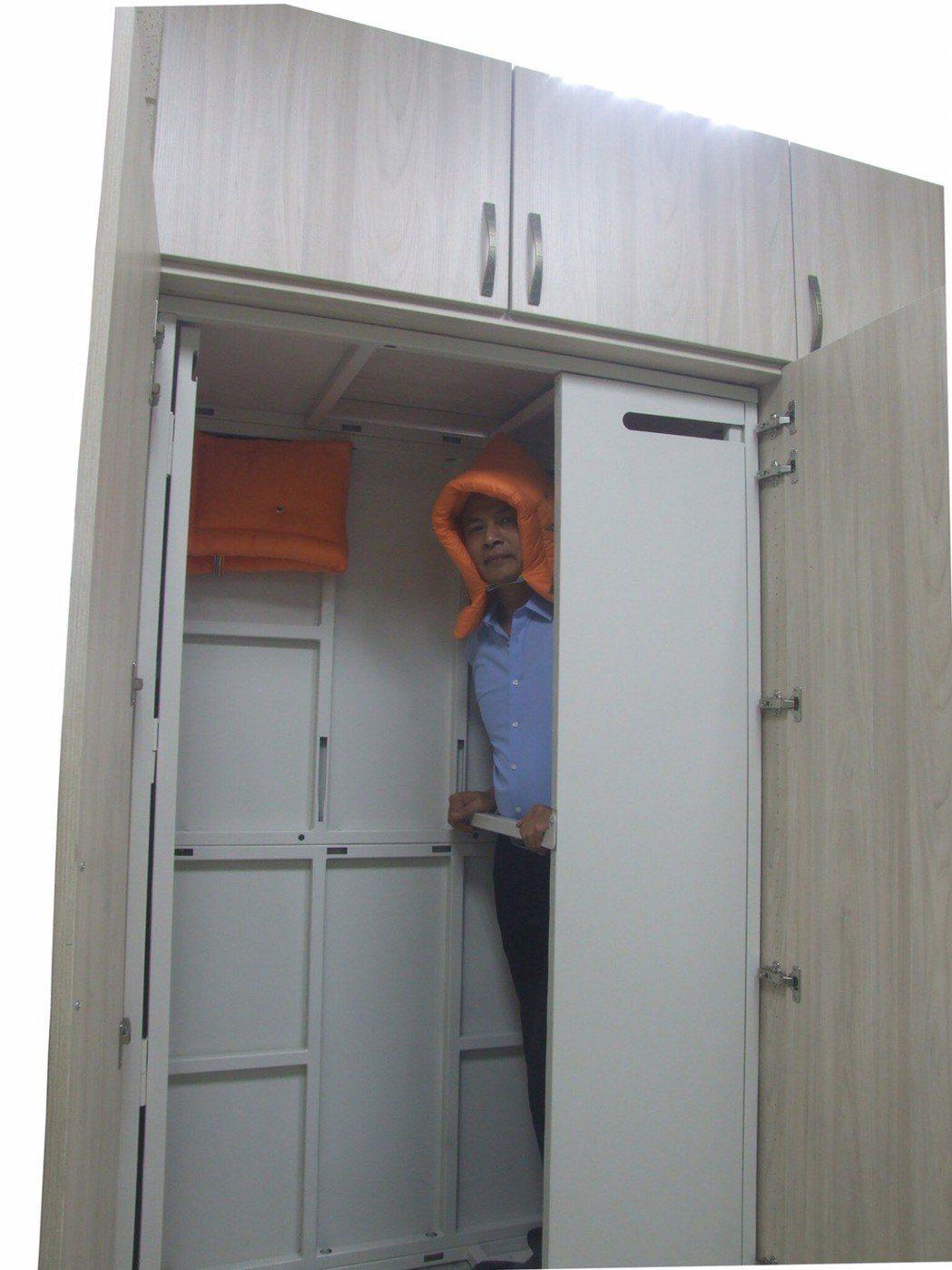 地震避難安全櫃,人員固定架內。 立駪科技/提供