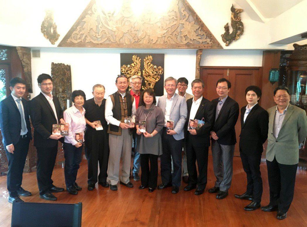 參訪團成員與邱威功董事長合影。