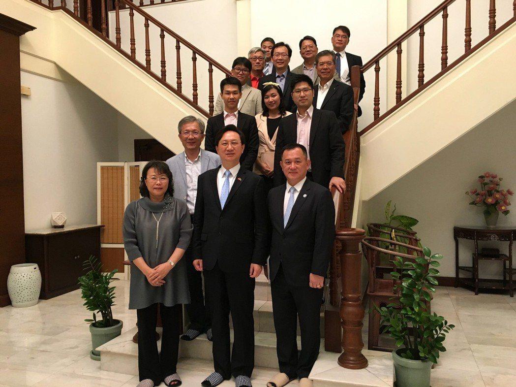 參訪團成員與童大使合影。