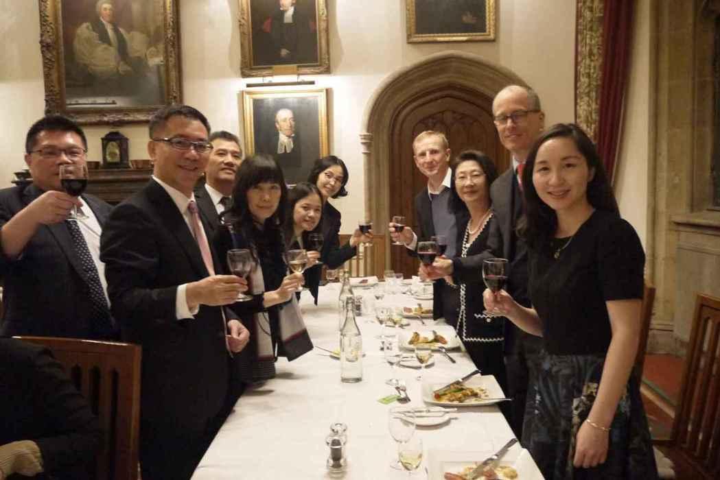 臺大全球企業家班學員於英國牛津大學結業晚宴合影。 臺大/提供