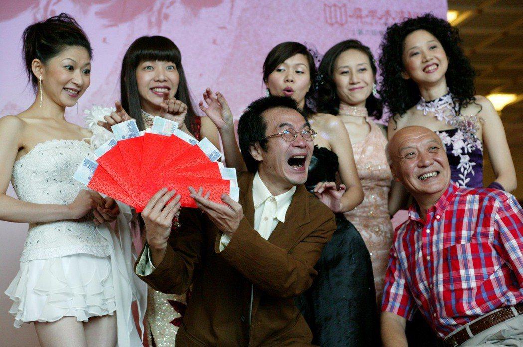 2004屏風表演班李國修導演「西出陽關」,主要演員〈後左起〉顏嘉樂、萬芳、琇琴、...