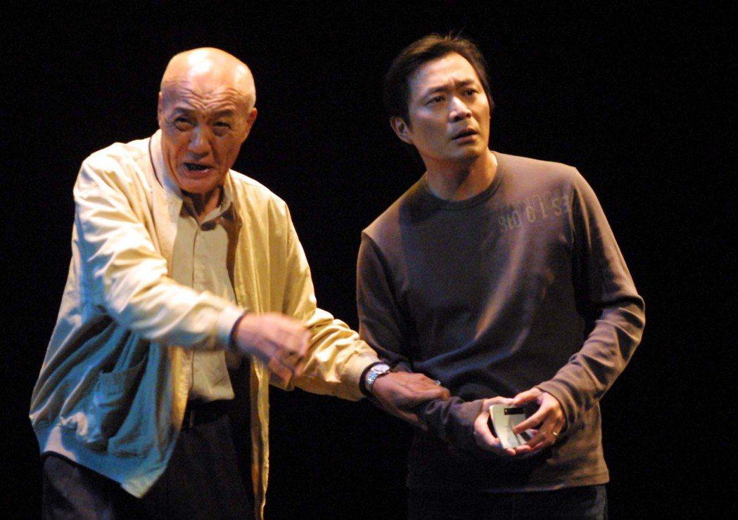 2005年屏風表演班「昨夜星辰」在國家劇院彩排,主要演員湯志偉〈右〉與乾德門。聯...