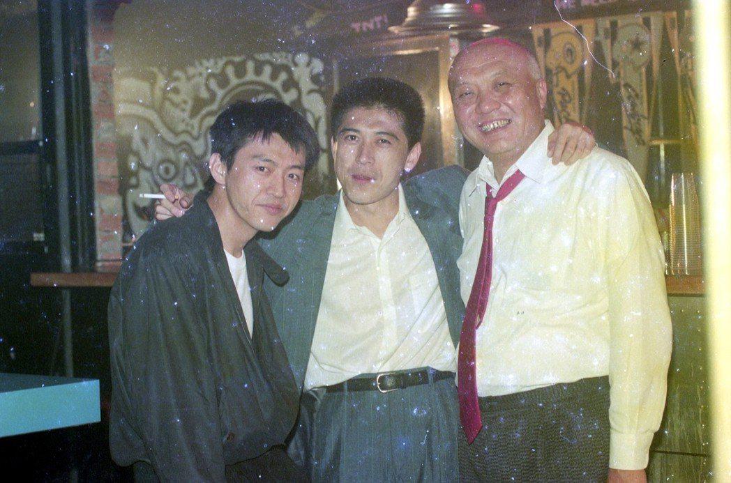 1992年由朱延平執導的國片《五湖四海》拍攝現場。圖為劇中演員庹宗華(左起)、高...