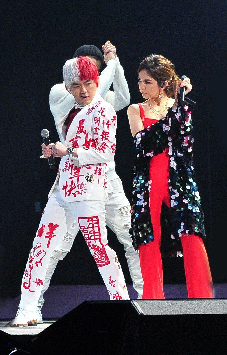 黃子佼(左)的紅白造型,跟Ella互動默契佳。圖/台視提供