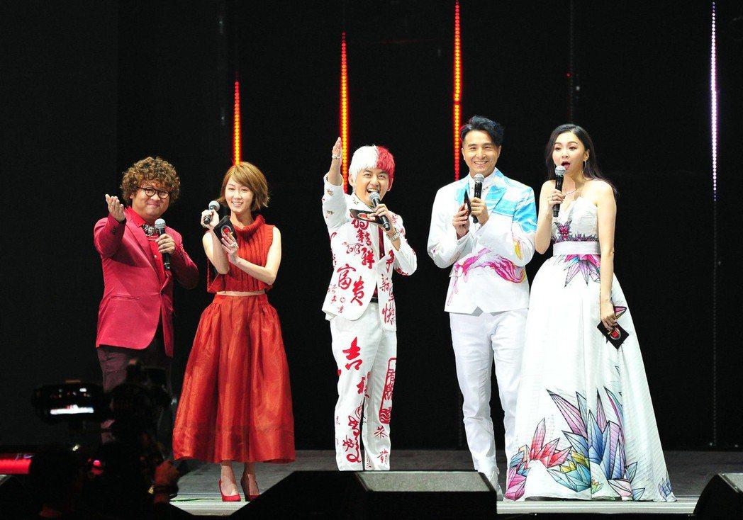 黃子佼(中)帶領納豆(左起)、瑪莉、王少偉和花花進入全新的「紅白」時代。圖/台視...