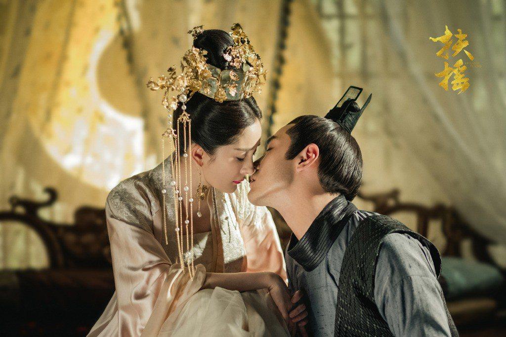 楊冪(左)霸氣絕美與阮經天主演「扶搖」展開傳奇愛戀。圖/摘自微博