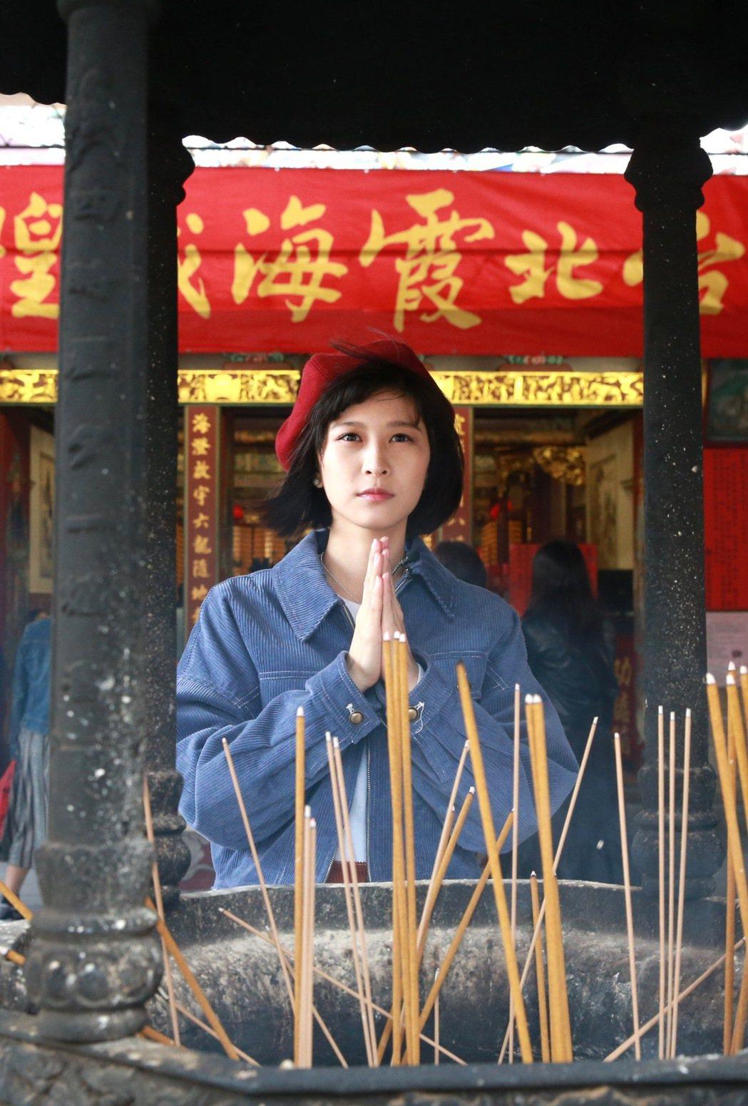 藝人江宜蓉,台北霞海城隍廟,求姻緣。記者黃義書/攝影