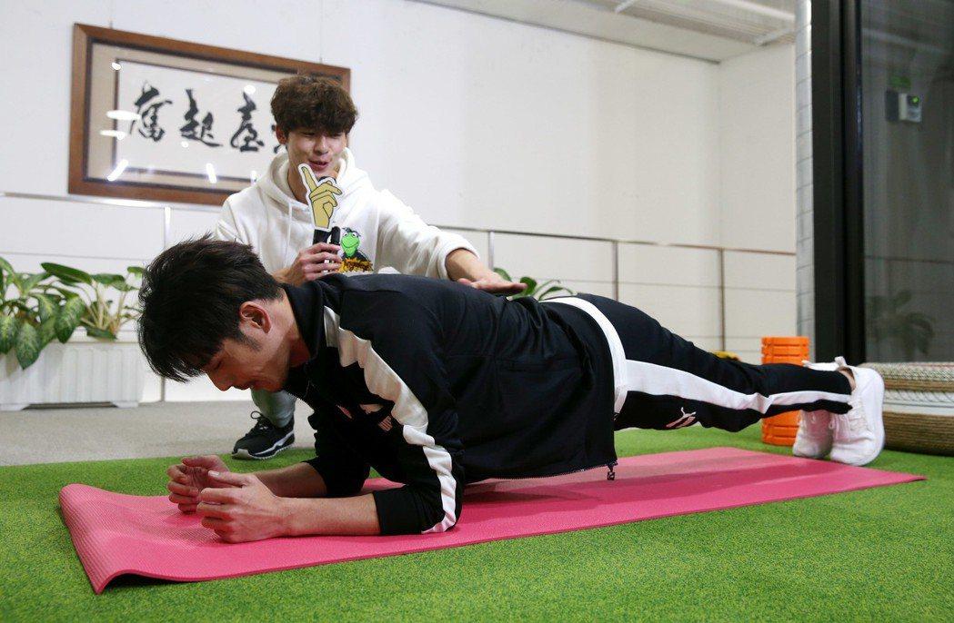 黃騰浩(前)、許光漢(後)示範居家健身,蚌式。記者邱德祥/攝影