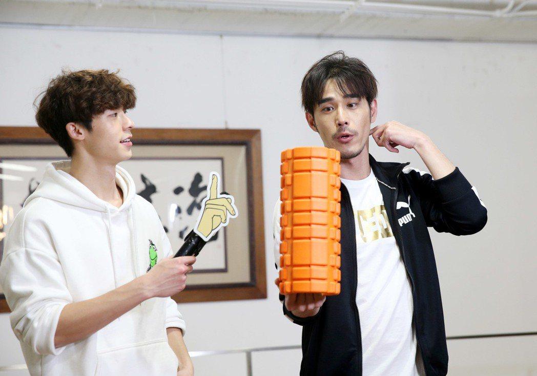 黃騰浩(右)、許光漢(左)示範居家健身。記者邱德祥/攝影