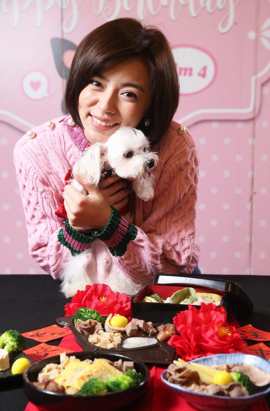 王瞳和狗年菜。記者徐兆玄/攝影
