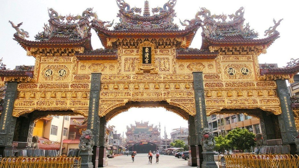 屏東東港東隆宮最有名的黃金樓牌。圖/本報系資料照