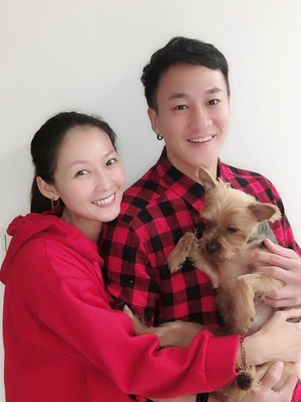 何潤東和老婆Peggy養有3歲狗兒子Oreo「一家三口」好幸福。圖/TVBS提供
