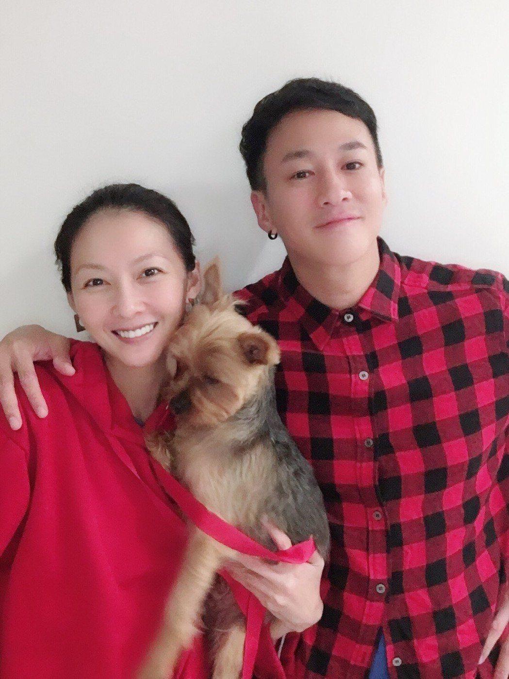 何潤東和老婆Peggy養有3歲狗兒子Oreo「一家三口」好幸福。圖/達騰娛樂提供