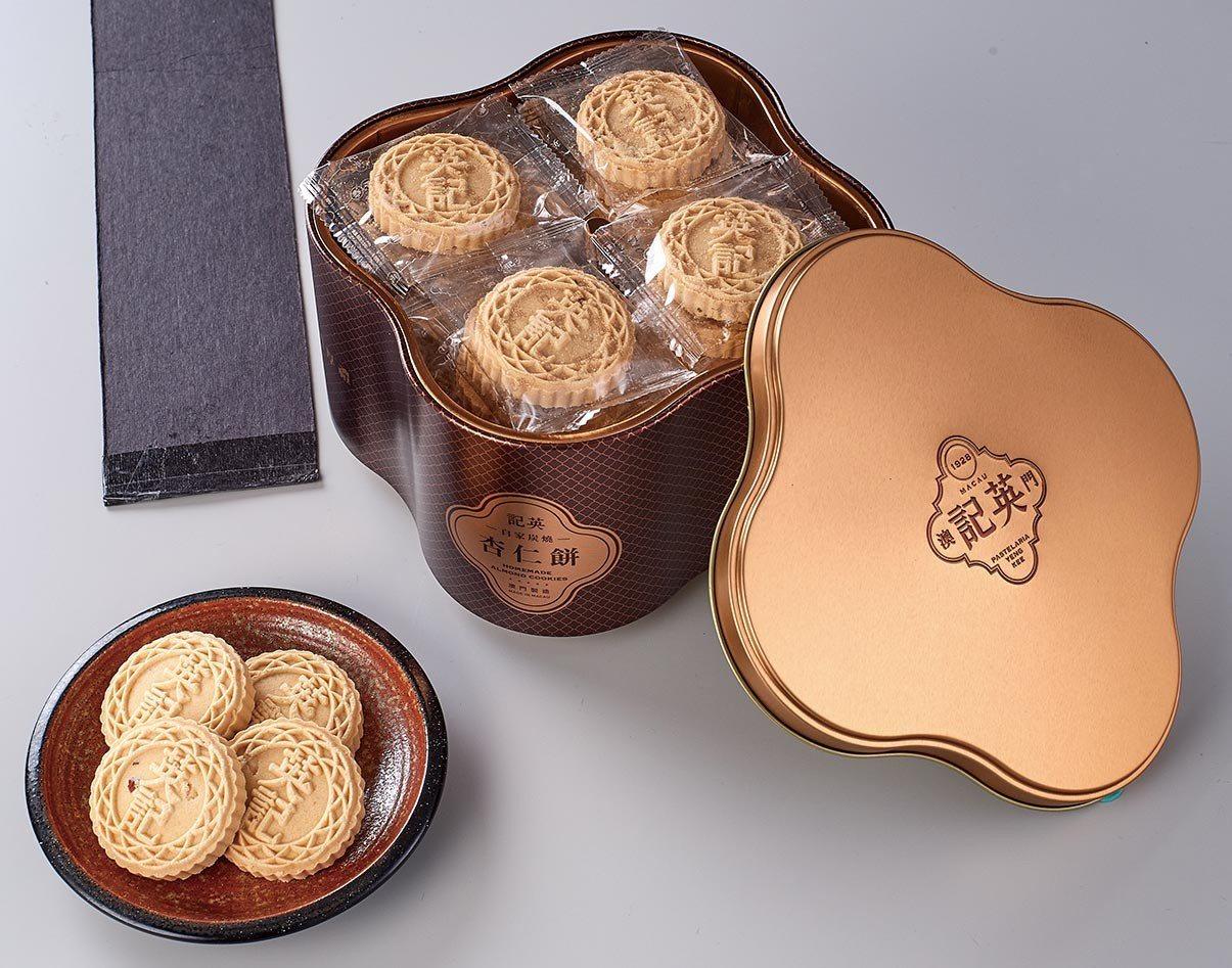 英記鐵盒原味杏仁餅禮盒,售價555元。圖/家樂福提供