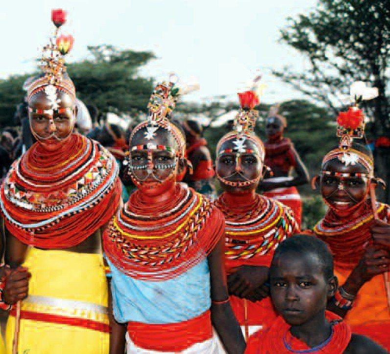 桑布魯人 (Samburu) 進行女性割禮的儀式。Louisa Kasdon, ...