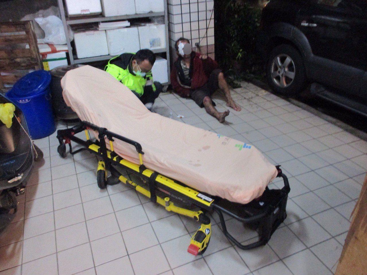 街友寒流躲雨失足摔傷 警協助就醫赴收容中心