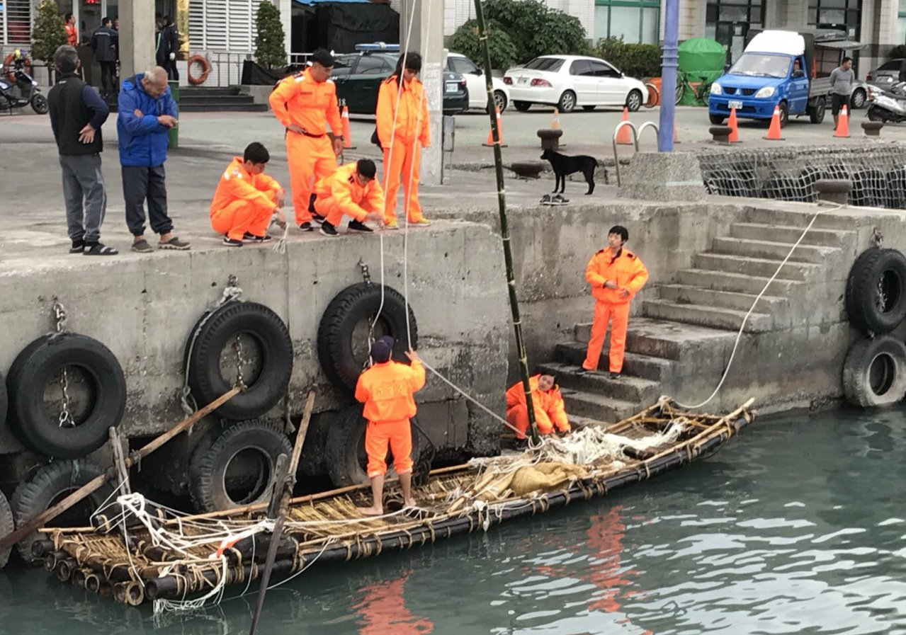 古帆船訓練橡皮艇遭浪打翻 海巡救起落海4人