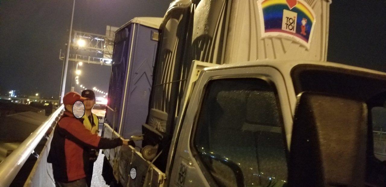 貨車載流動廁所上國道被吹落 駕駛挨罰9千元