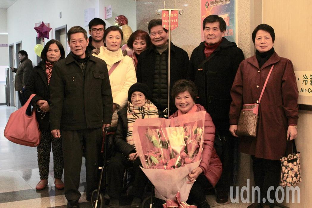 105歲的郭奶奶(前排左一)行動自如,能自行打理生活,但日前意外股骨頸骨折錯位,...