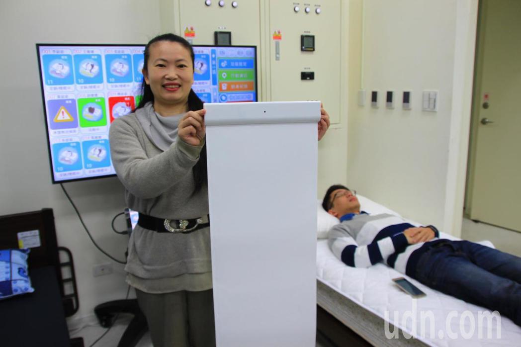 滙嘉健康生活科技公司研發出一款2mm薄墊,不用穿戴,放在枕頭及床單下無感監測 。...