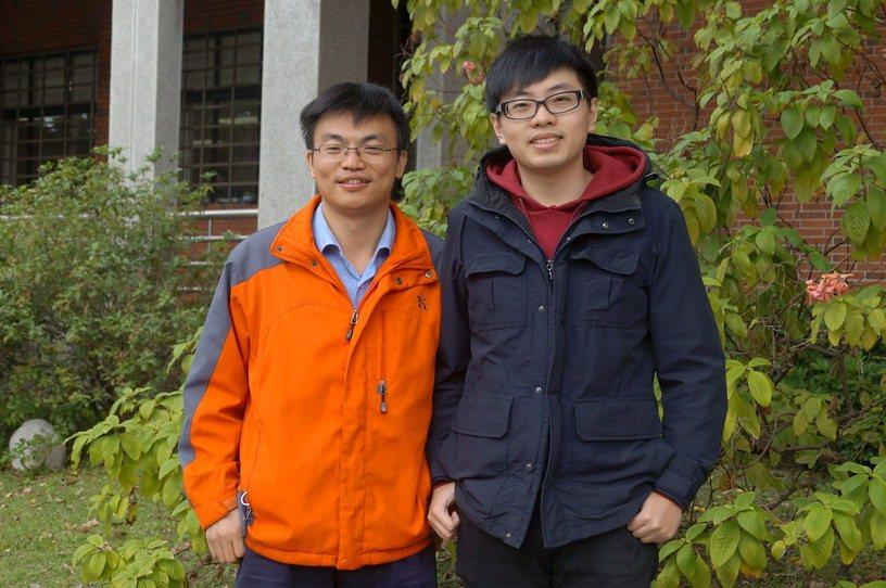 成大電機工程系教授吳謂勝(左)帶領碩士班學生黃偉哲開發線蟲相關程式,成果登上最新...