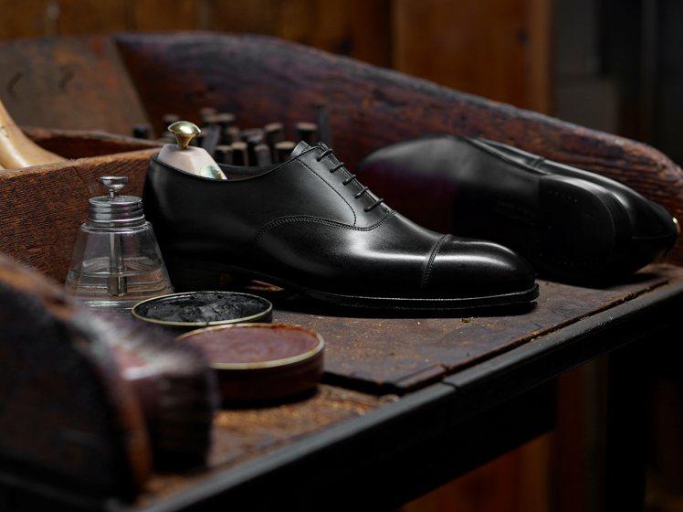 紳士選品店OAK ROOM引進一系列Crockett & Jones紳士鞋款。圖...