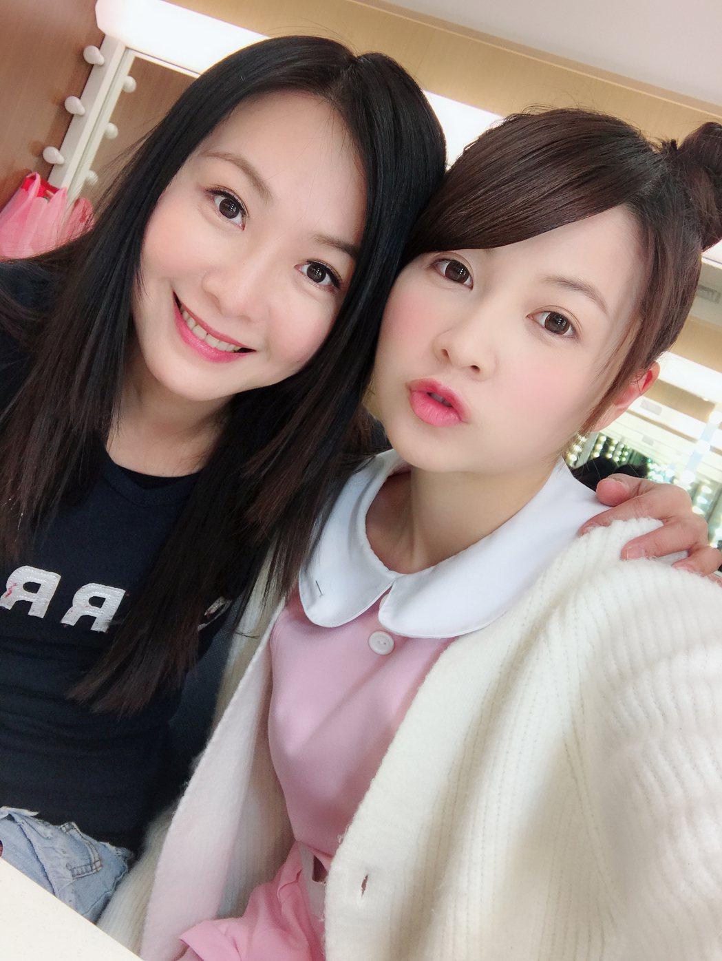 陳妍安(左)、謝京穎「母女」在「實習醫師鬥格」中重逢超開心。圖/民視提供