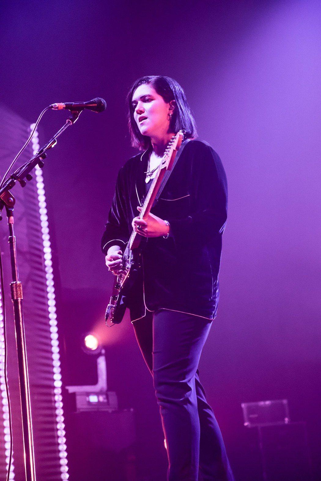 英國獨立樂團「The xx」樂團昨晚在台開唱,吸引3000名粉絲滿場朝聖,圖為女