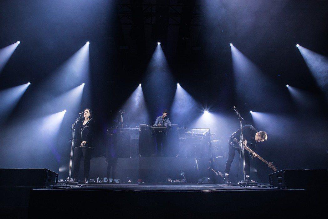 英國獨立樂團「The xx」樂團昨晚在台開唱,吸引3000名粉絲滿場朝聖,由左至...